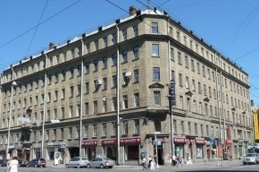 Доски упали с дома в Петроградском районе и пробили голову девочке