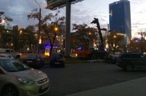 Очевидцы: люлька с монтажниками опрокинулась на Ленинском проспекте