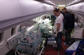 Троих тяжелобольных пациентов доставили в Петербург самолетом МЧС