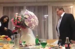 Молодожены, отказавшиеся платить за собственную свадьбу, попали на видео