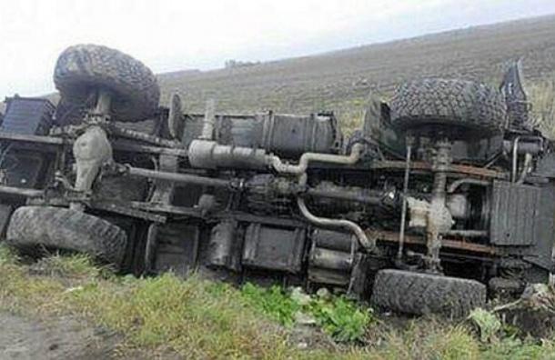 Навыезде изЯрославля перевернулся КАМАЗ скурсантами военного училища