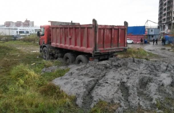 Неизвестные свалили бетон в сквер на Савушкина