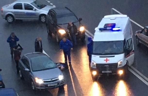 Очевидцы: иномарка сбила человека на Рижском проспекте