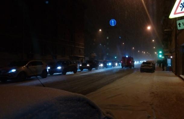 Последствия метели ночью в Петербурге будут убирать 850 машин