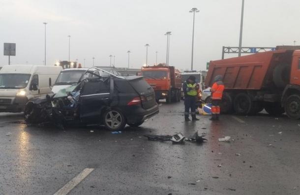 Водитель Mercedes погиб, врезавшись в уборочную технику на КАД