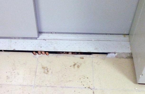 Очевидцы: рабочий застрял в шахте лифта дома на Охтинской аллее