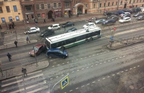 Автобус протаранил две легковушки на Лиговском проспекте