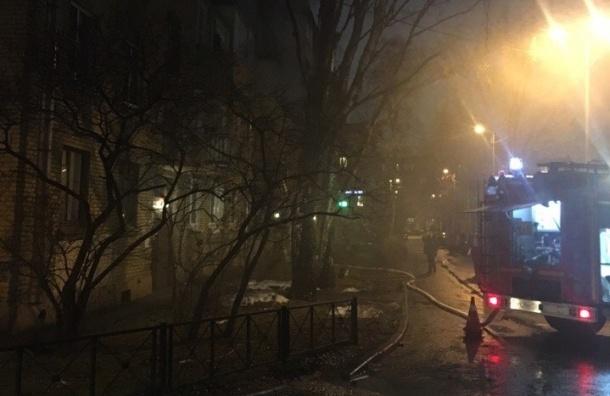 Пожарные тушат горящую квартиру на Краснодонской улице