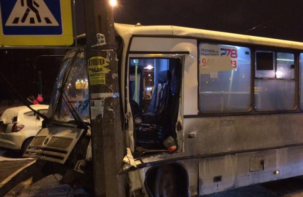 ВПетербурге маршрутка влетела встолб, пострадали пятеро пассажиров