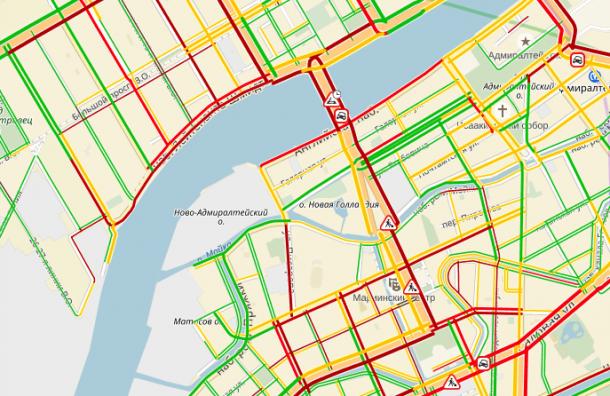 ВАдмиралтейском районе Петербурга транспортный коллапс из-за прорыва трубы