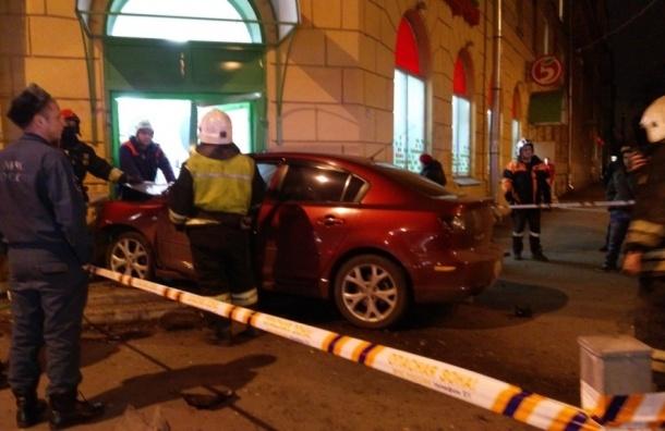 Иномарка влетела в дверь супермаркета на Малом проспекте В. О.