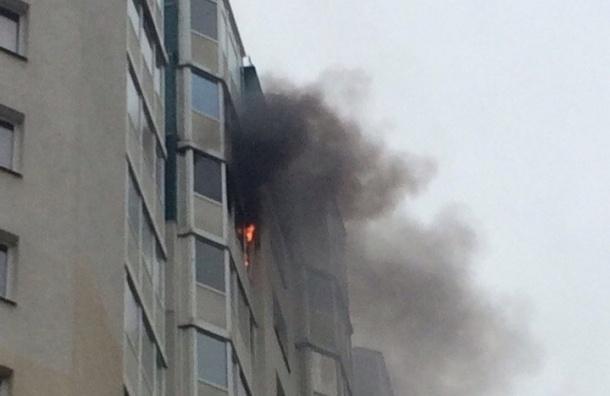 Пожарные тушили горящий балкон вдоме наБогатырском