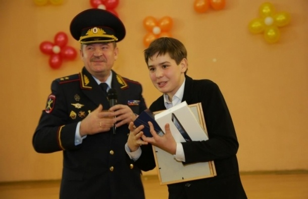 Глава ГУ МВД наградил семиклассника за поимку опасного преступника