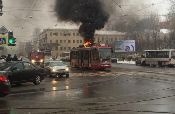 Фото загоревшегося находу трамвая вПетербурге появилось вСети