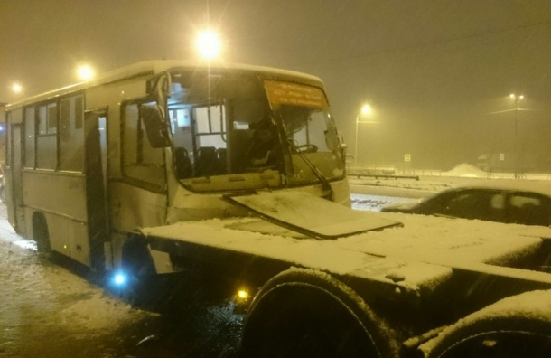 Пассажиры маршрутки на Шафировском пострадали в ДТП с грузовиком