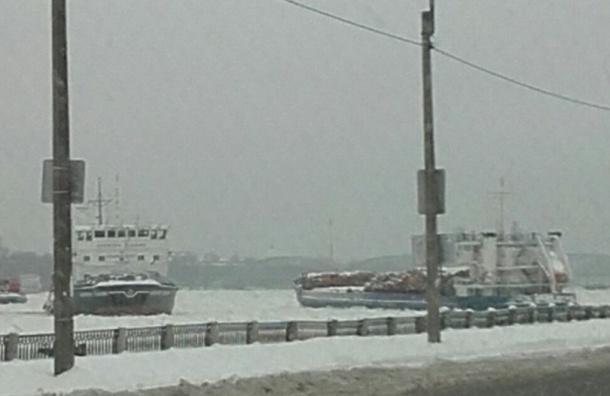 Очевидцы: Баржа и буксир застряли во льдах Невы