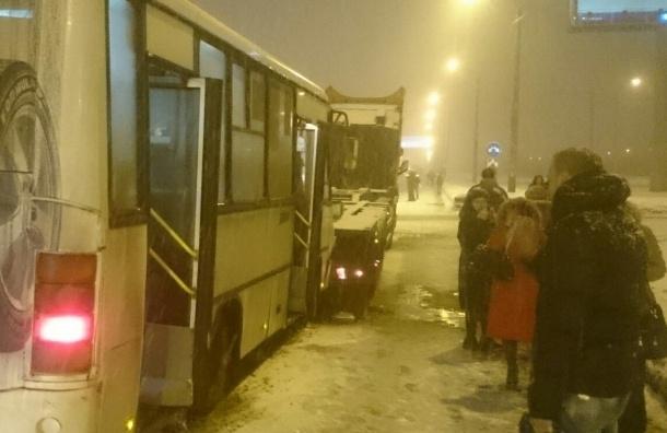 Шестеро взрослых и ребенок пострадали в утреннем ДТП с маршруткой