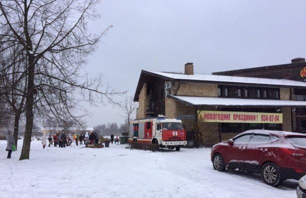 Пожарные тушат ресторан «Баден-Баден» на Просвещения