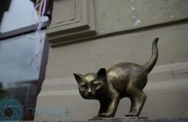 ВПетербурге вандал поломал скульптуру кота Фунтика, пытаясь ее украсть