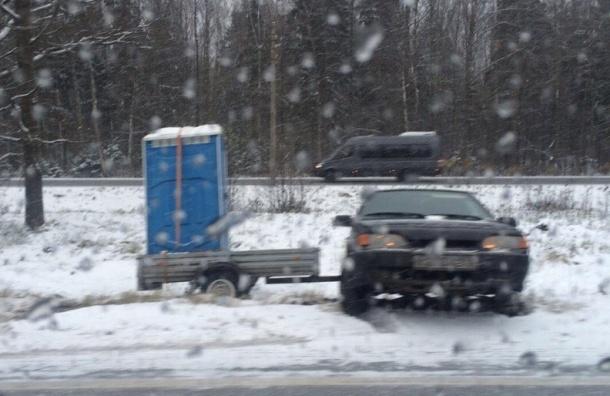 «Лада» с биотуалетом на прицепе вылетела в кювет на Приморской шоссе