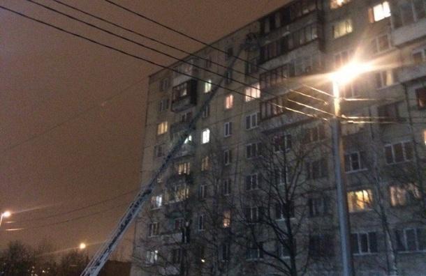 Пожарные спасают людей из горящего дома на Антонова-Овсеенко