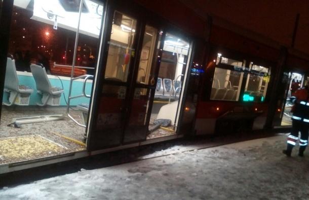 Младенец пострадал в аварии с грузовиком и трамваем