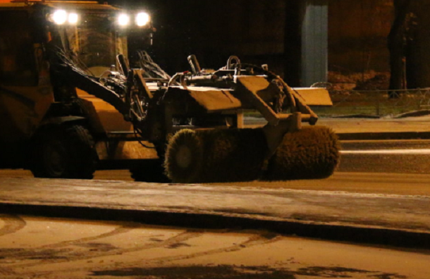 Петербург ночью чистило 500 уборочных машин