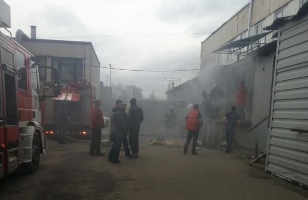 Пожарные тушили склад на Товарищеском проспекте