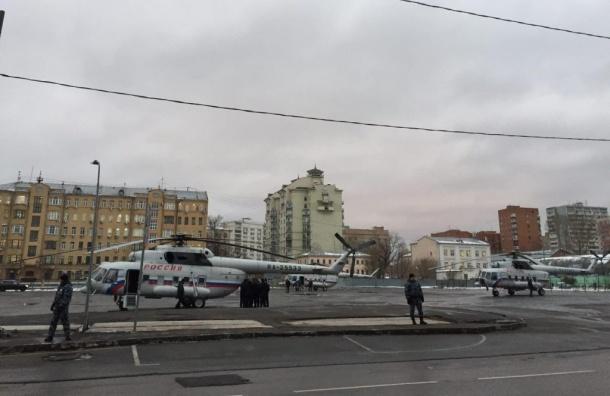 Очевидцы: три вертолета ФСО приземлились у метро «Бауманская» в Москве