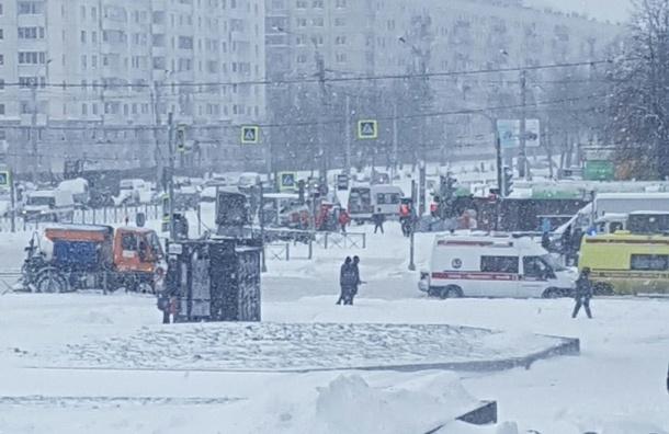 Науглу Гражданского ипроспекта Просвещения снегоуборочная машина задавила женщину