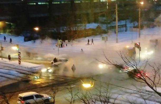 Женщину спасли из авто, провалившегося в промоину на Кронштадтской