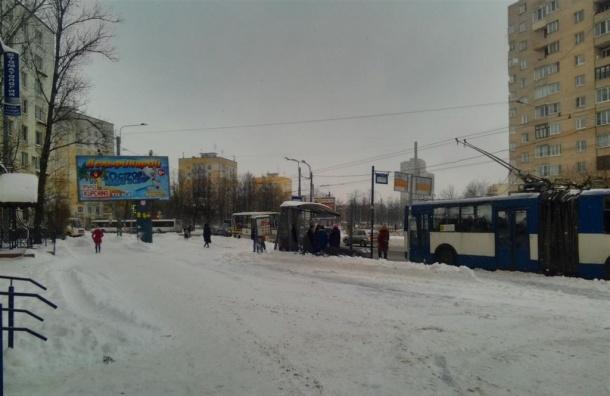 Снегоуборочный трактор снес остановку на улице Зины Портновой