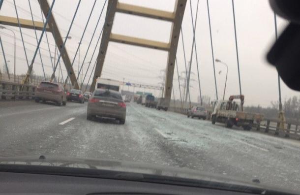 Участок КАД на Беляевском мосту засыпало битым стеклом