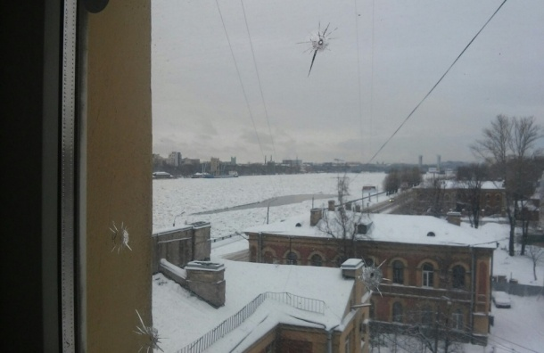 Петербурженка пожаловалась на стрельбу по окнам дома на Октябрьской набережной