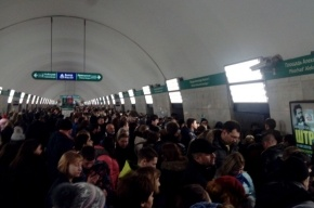 Поезда следуют с задержкой на станции «Площадь Александра Невского-1»