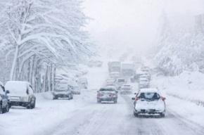 Водителей Петербурга утром ждут снежные заносы и накаты