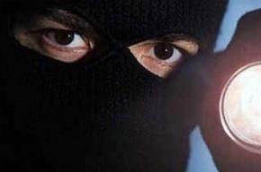 Двое в масках вынесли из банка на Энгельса 20 тысяч рублей