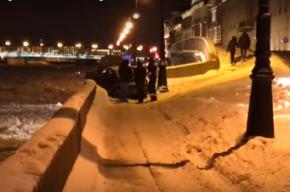 Иномарка чуть не оказалась в Неве из-за ДТП в Петербурге