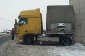 Неуправляемый грузовик влетел в дом в Красном Селе