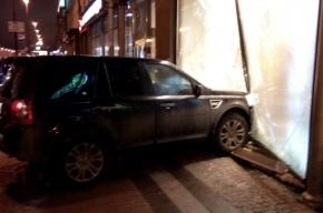 Автоледи на Land Rover въехала в витрину обувного магазина в Петербурге
