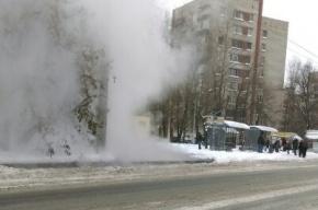 Кипяток льется на проезжую часть из-за прорыва трубы на Будапештской
