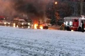 Машина загорелась на ходу у станции «Улица Дыбенко»