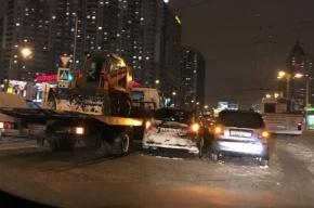 Снегоуборочный трактор на эвакуаторе попал в ДТП на Коломяжском