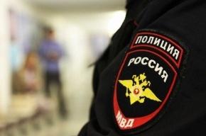 Малолетнюю девочку в летней одежде нашли в парадной дома на Маршала Казакова