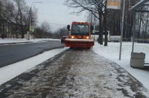 Коммунальщики вывезли за ночь с улиц Петербурга 10 тыс. кубов снега
