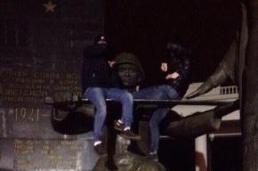 Фотография на памятнике закончилась для подростков уголовным делом