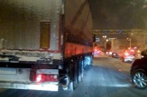 «Грузовики в снегу» заблокировали въезд на КАД с Московского шоссе