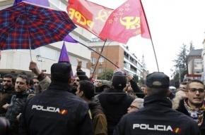 Сторонники и противники Кастро поругались у посольства Кубы в Мадриде