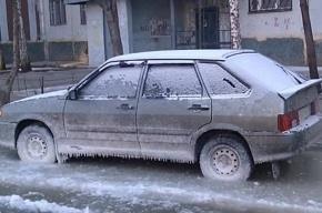Машины вмерзают в лед из-за лопнувшей трубы на Котина