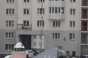 Женщина спускалась по простыням с пятого этажа дома на Богатырском